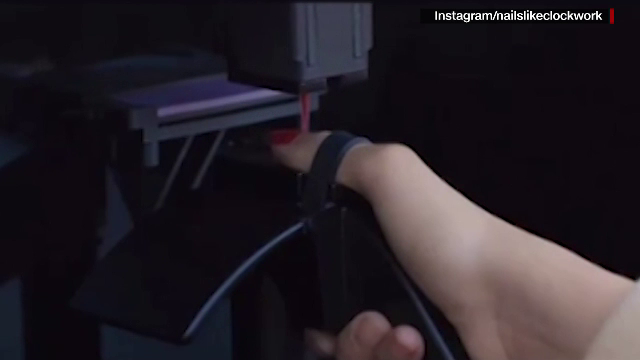 """A apărut robotul care aplică perfect oja pe unghii: """"Nu așteaptă bacșiș"""". Clientele se tem că o să le mănânce degetele"""
