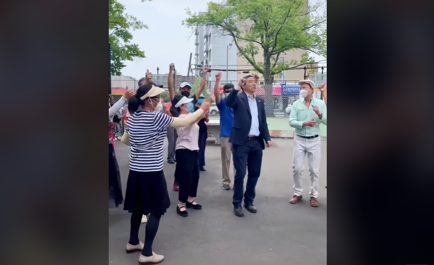 VIDEO Un candidat la Primaria New York danseaza pe manele alaturi de sustinatorii sai