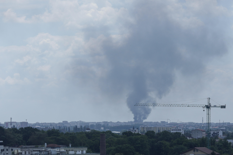 Incendiu la un depozit de deşeuri din Capitală. În interior se aflau butelii şi recipiente sub presiune