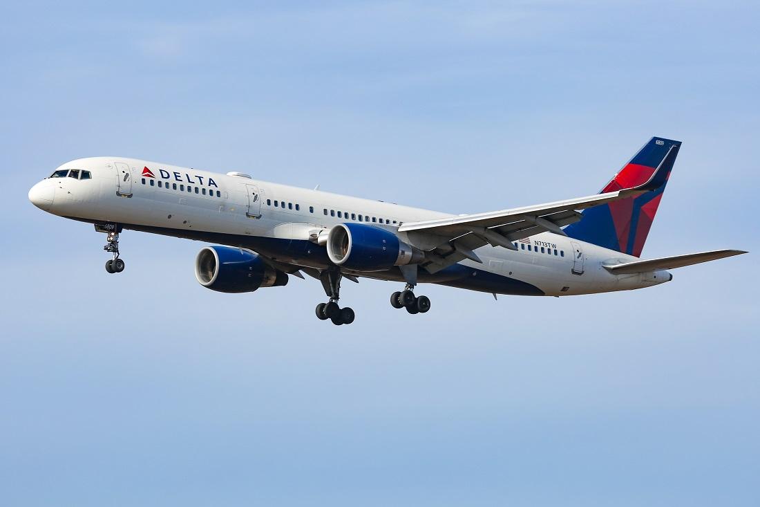 VIDEO. Un bărbat a încercat să intre în cabina piloţilor și să deturneze un avion Delta Airlines