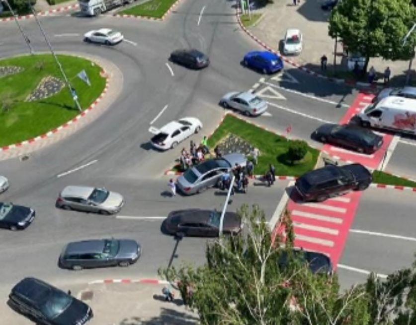 Șoferul unui Mercedes a adormit la volan, de la băutură. Nu s-a trezit nici când a intrat într-un autobuz