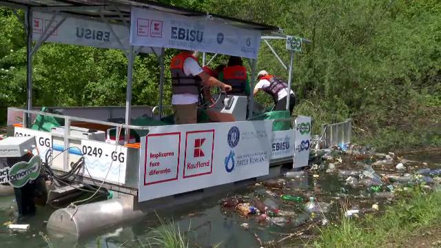 """România folosește o barcă 100% electrică pentru a aduna deșeurile de pe ape, unică în Europa. """"Este un zeu protector"""""""