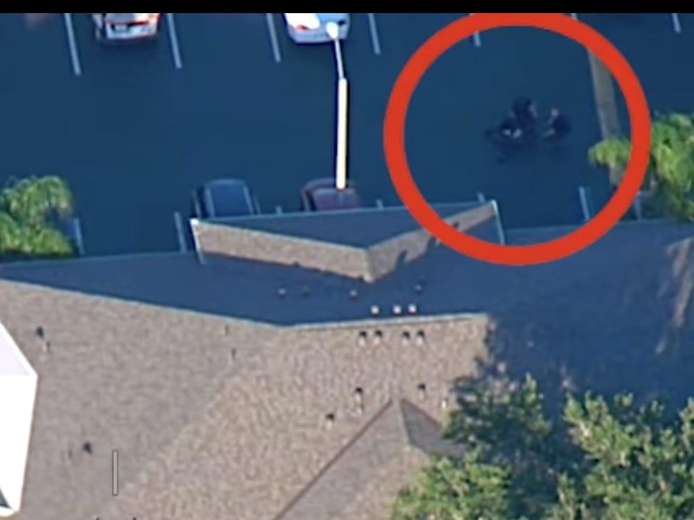 Scene ca în filme. Un bărbat urmărit de poliție și-a aruncat bebelușul spre un agent, pentru a reuși să fugă. FOTO