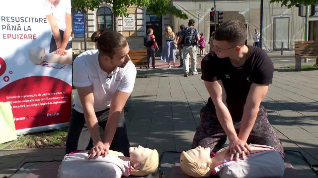 Doi tineri din Cluj-Napoca le-au arătat oamenilor, pe stradă, cum se face corect o resuscitare