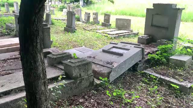Cinci tineri, cercetați pentru distrugerea unor morminte în cimitirul evreiesc din Ploiești. De ce ar fi recurs la acest gest