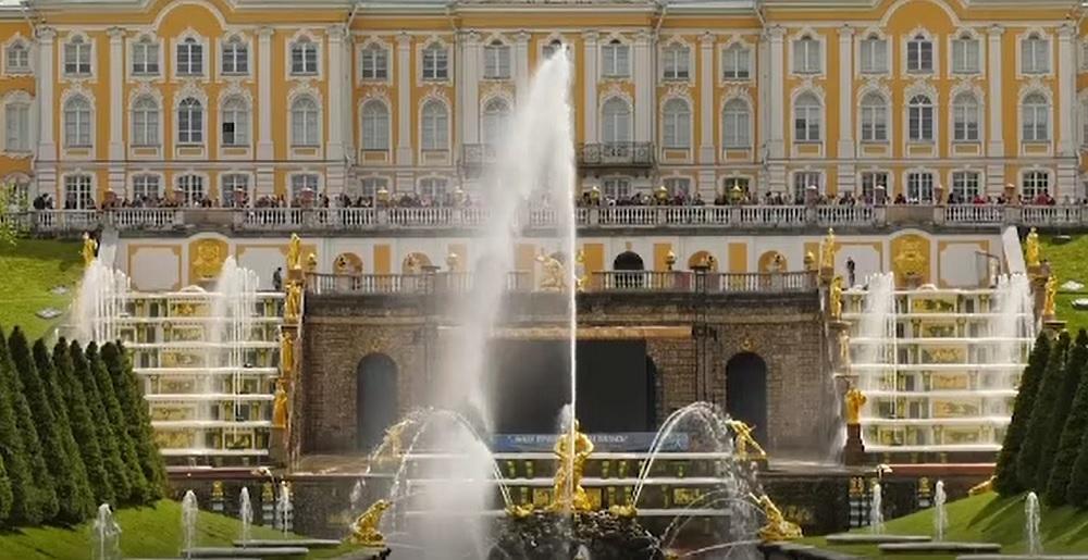 Fântânile arteziene ale țarului Petru cel Mare împlinesc 300 de ani. Consumă 1.000 de litri de apă pe secundă