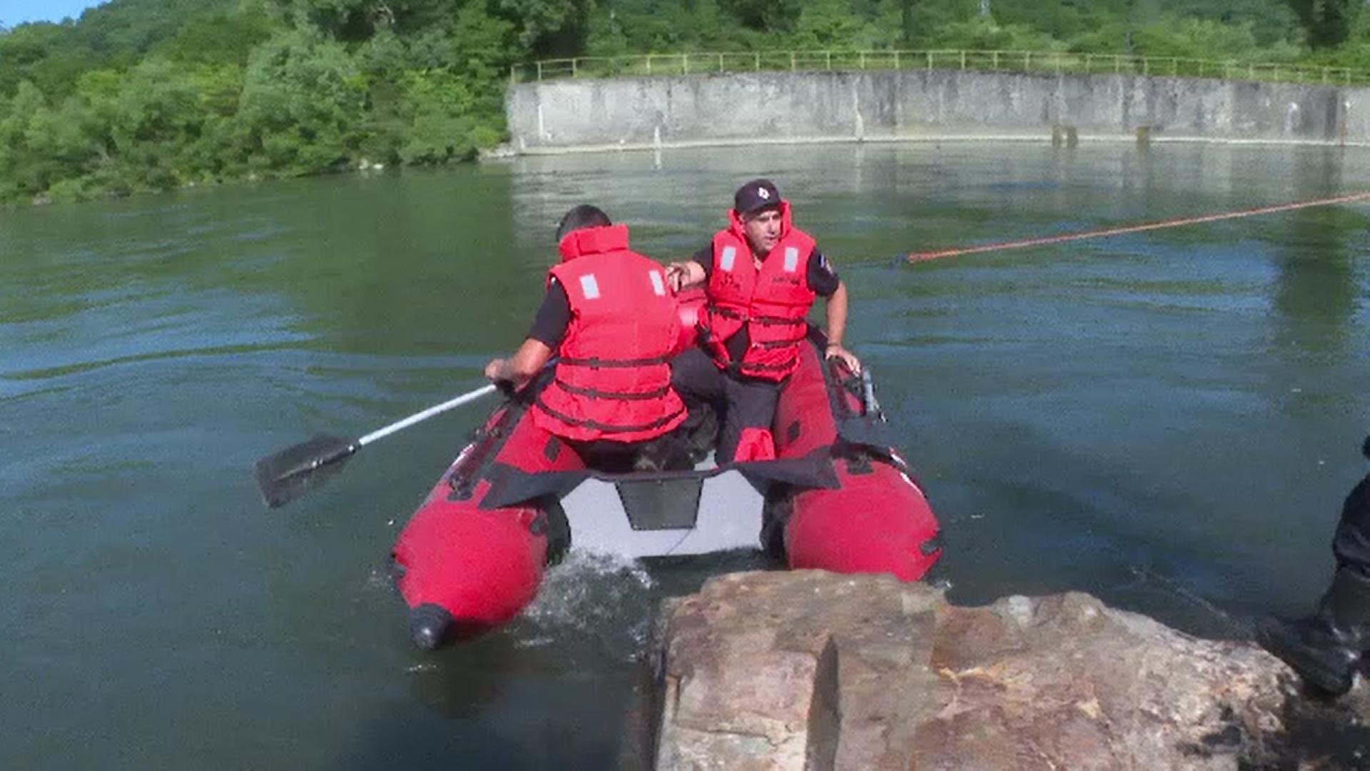 Un tânăr este căutat în apele Jiului după ce ambarcaţiunea în care se afla s-a răsturnat