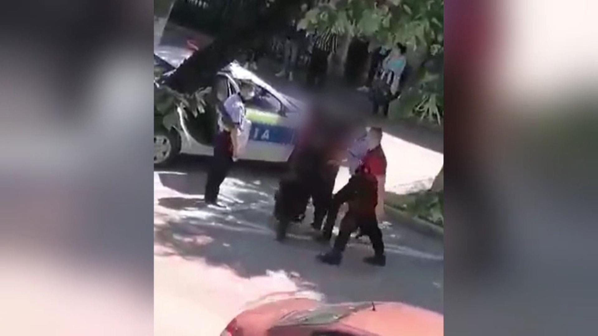 Un bărbat din Tecuci, imobilizat de poliţişti după ce a lovit cu picioarele autospeciala de poliţie