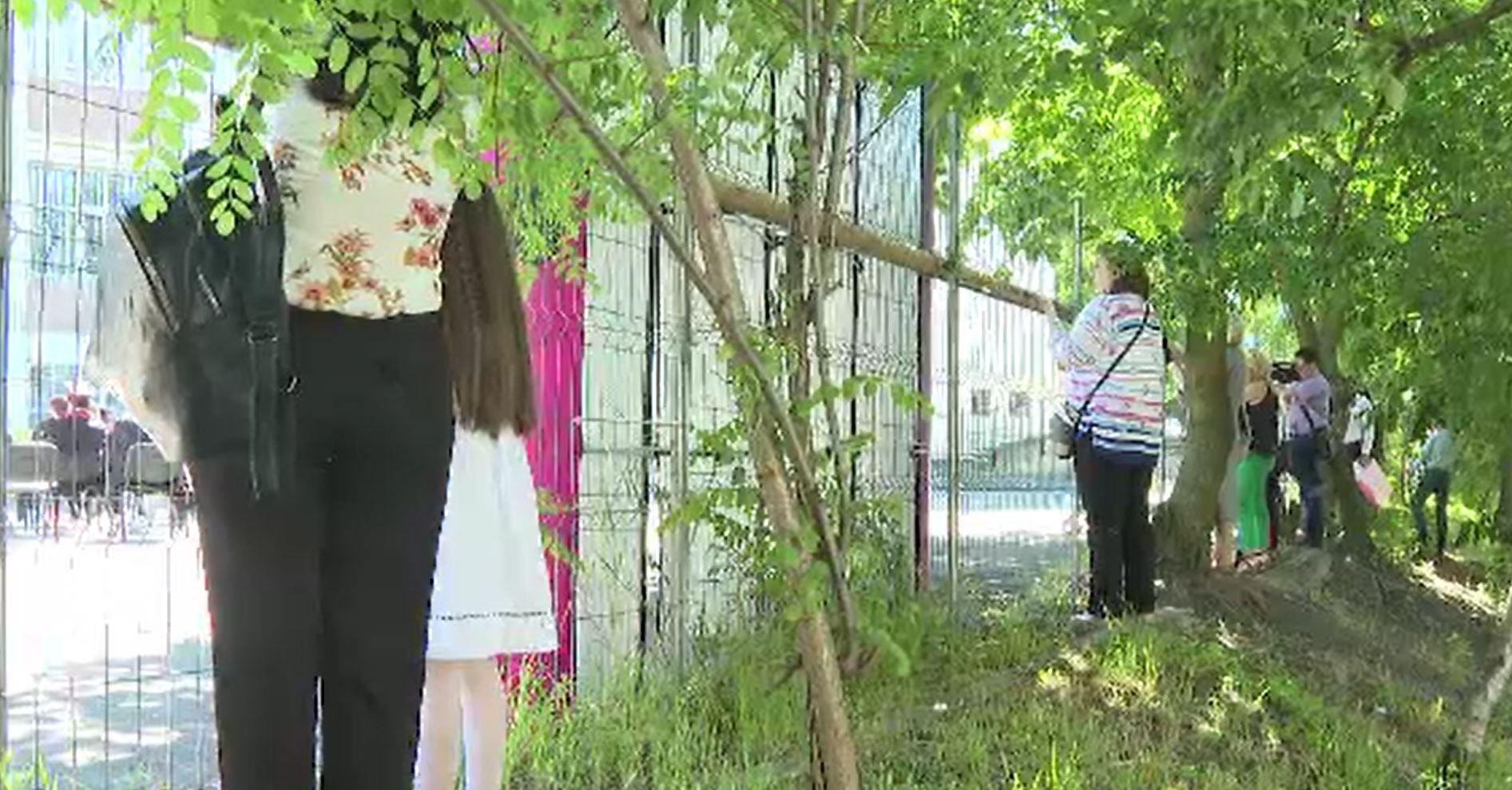 Situație tensionată în Galați, la festivitatea de absolvire a unui liceu. Mai mulți părinți au urmărit ceremonia de la gard