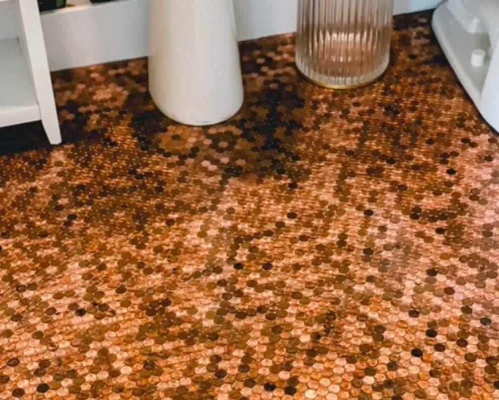 """Motivul pentru care o femeie din SUA a lipit 7.700 de monede pe podeaua din baie: """"O greșeală foarte mare"""""""