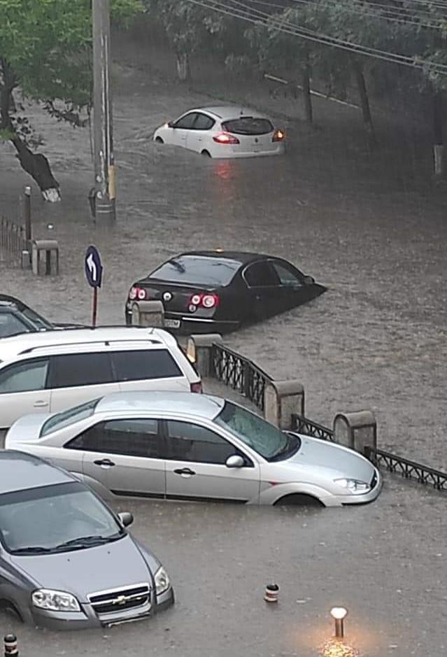 Ploaia torențială a făcut ravagii în Craiova. O stradă s-a surpat. VIDEO