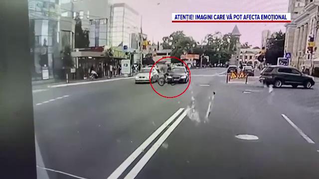 Momentul în care un biciclist neatent este izbit de o mașină într-o intersecție din Bârlad, surprins de o cameră de bord