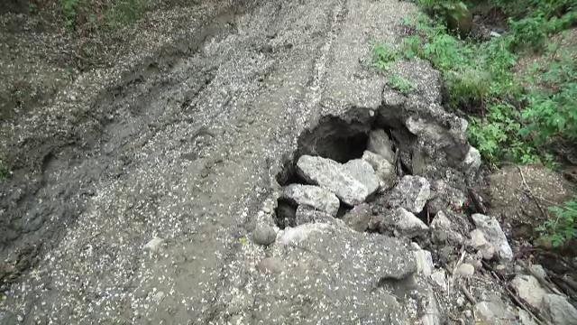 """Localnicii dintr-o comună din Dâmbovița, în pericol din cauza alunecărilor de teren: """"Cele mai grave din ultimii 40 de ani"""""""