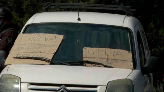 Bărbatul care s-a baricadat în mașină și a amenințat că se aruncă în aer în fața Prefecturii Bistrița, imobilizat