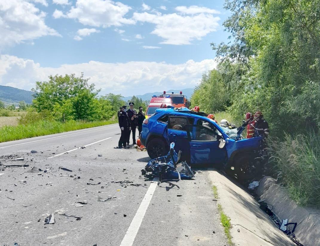 Un bărbat a murit în urma unui grav accident: S-a izbit cu mașina de un tir plin cu lemne