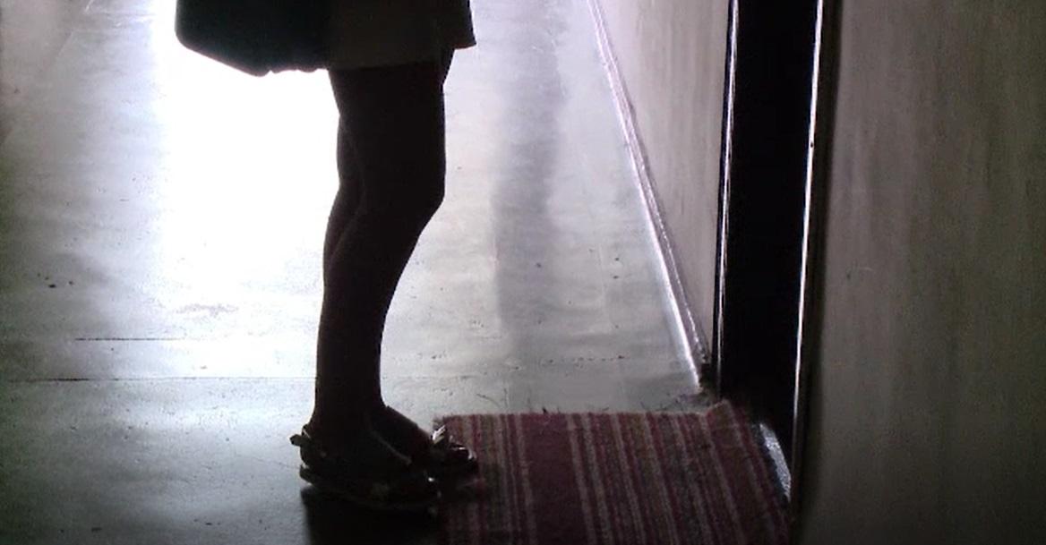 Coșmar pentru o fată de 18 ani din Prahova. Invitată la o petrecere, a fost violată de 9 bărbați