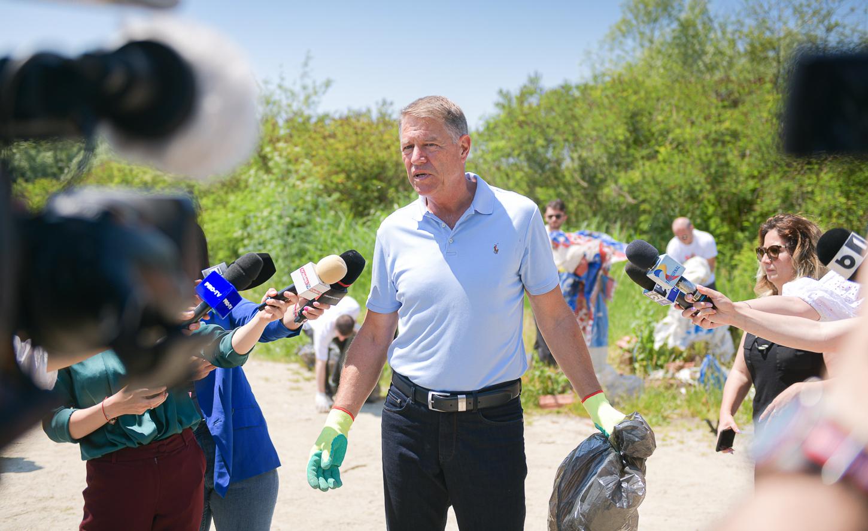 Președintele României a strâns gunoaiele de pe malul Argeșului. Cum a fost îmbrăcat