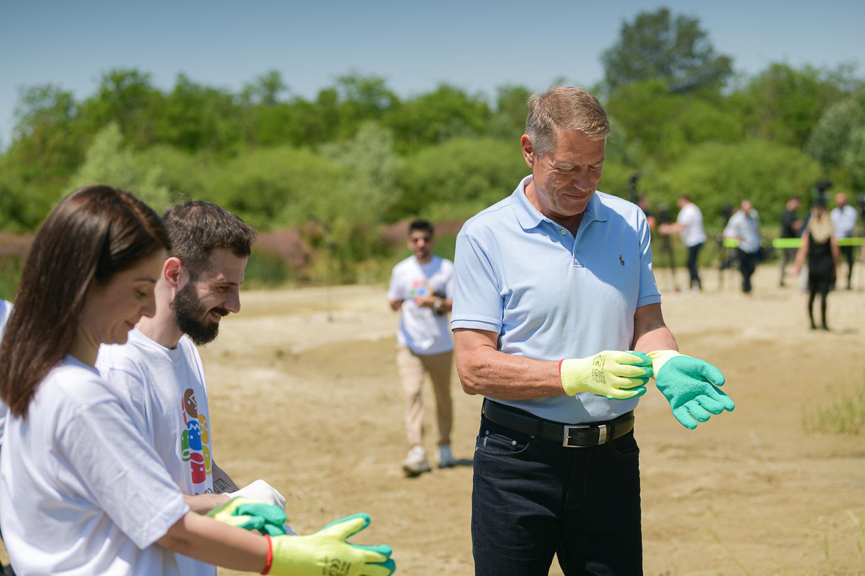Iohannis, în haine de firmă la strâns de gunoaie. Cât costă tricoul pe care l-a purtat astăzi președintele