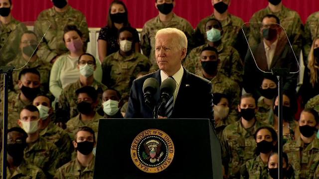 Joe Biden a ajuns în Marea Britanie și a vizitat o bază militară americană, înainte de summitul G7