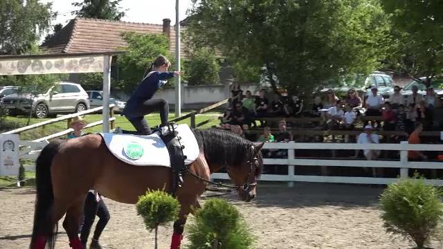 """Competiție de călărie terapeutică, în Alba. Caii sunt o """"salvare"""" pentru copiii cu diverse probleme"""