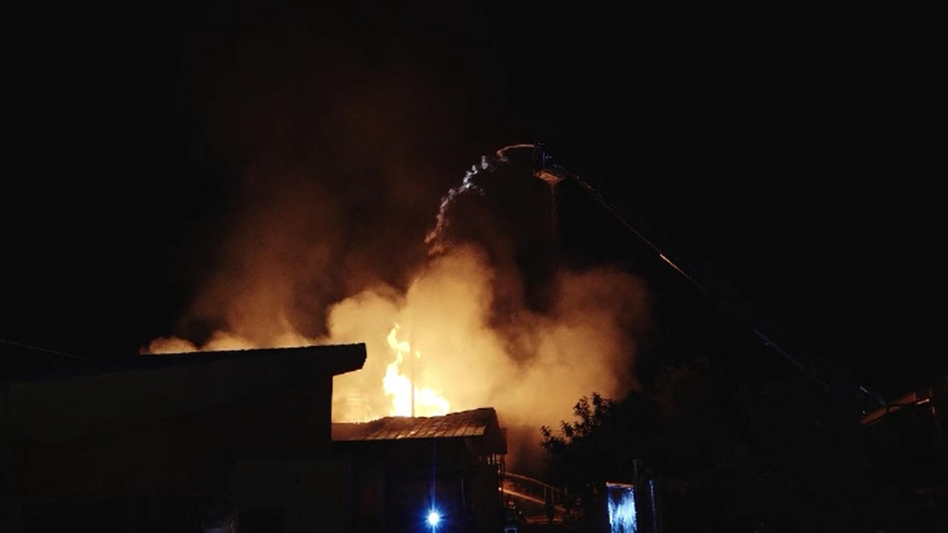 Un incendiu puternic a ars din temelii o fabrică de mobilă din județul Mureș