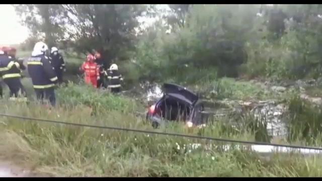 Un tânăr din Olt a murit după ce a căzut cu mașina într- un canal de apă