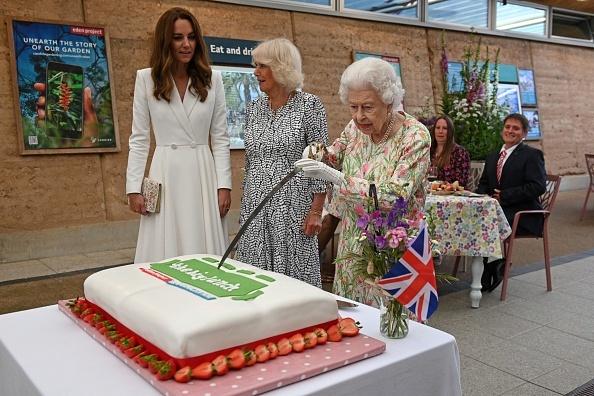 Regina Elisabeta a II-a a tăiat un tort cu o sabie. Ce le-a spus celor prezenți încât a stârnit hohote de râs