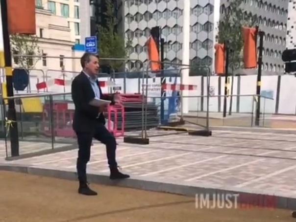 Momentul în care un reporter își pierde cumpătul din cauza unui trecător (Video)