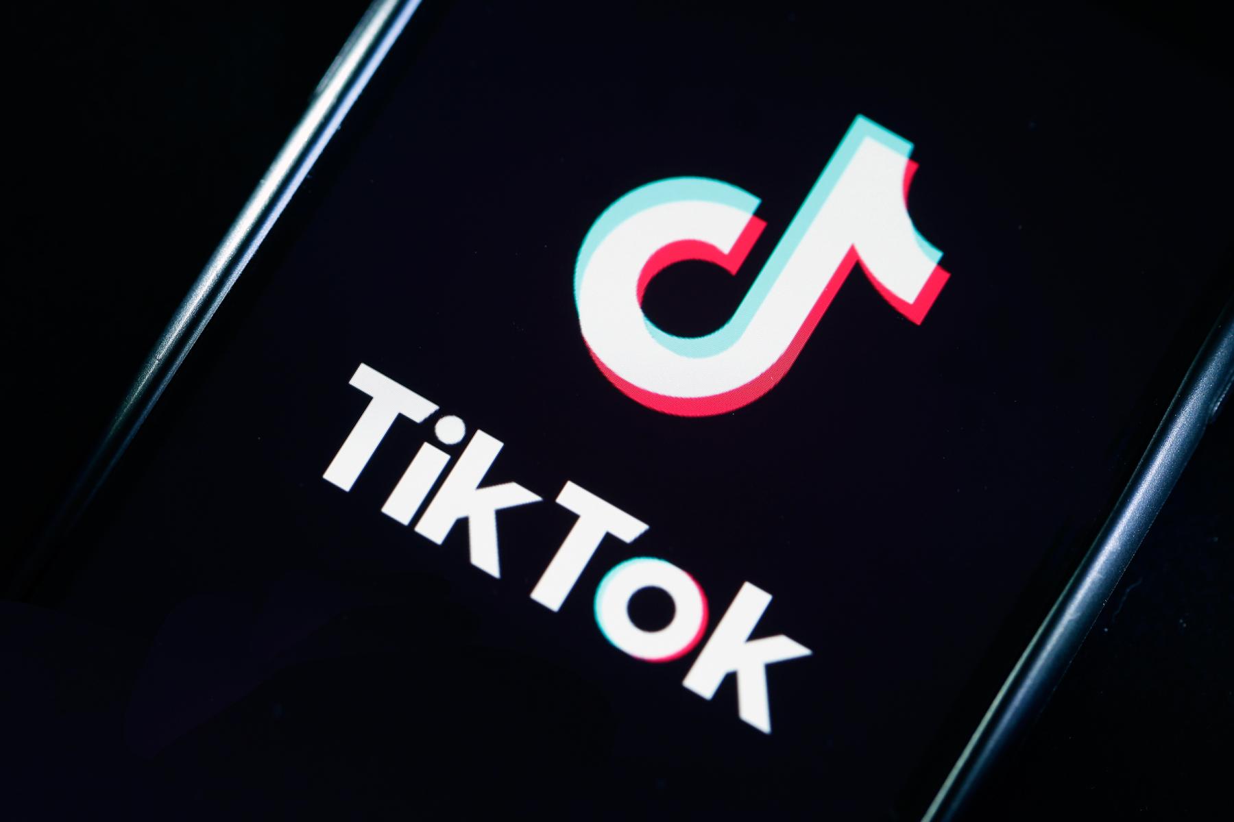 Ce transformări suferă copiii care stau prea mult pe TikTok sau Youtube. Avertismentul specialiștilor