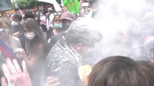 VIDEO. După Macron, încă un politician din Franța a fost atacat. Incidente la un protest