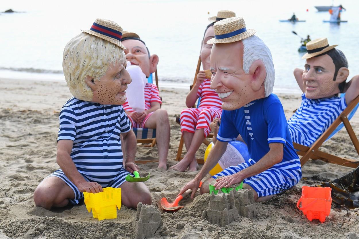 GALERIE FOTO. Proteste neobișnuite la summit-ul G7. Boris Johnson și Biden se joacă în nisip