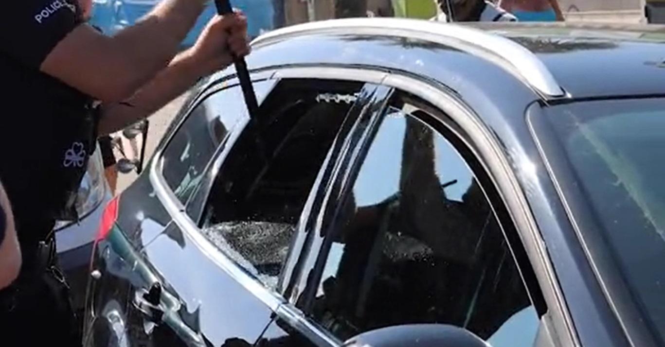 Doi polițiști au spart geamul unei mașini pentru a salva doi câini lăsați în căldură (Video)