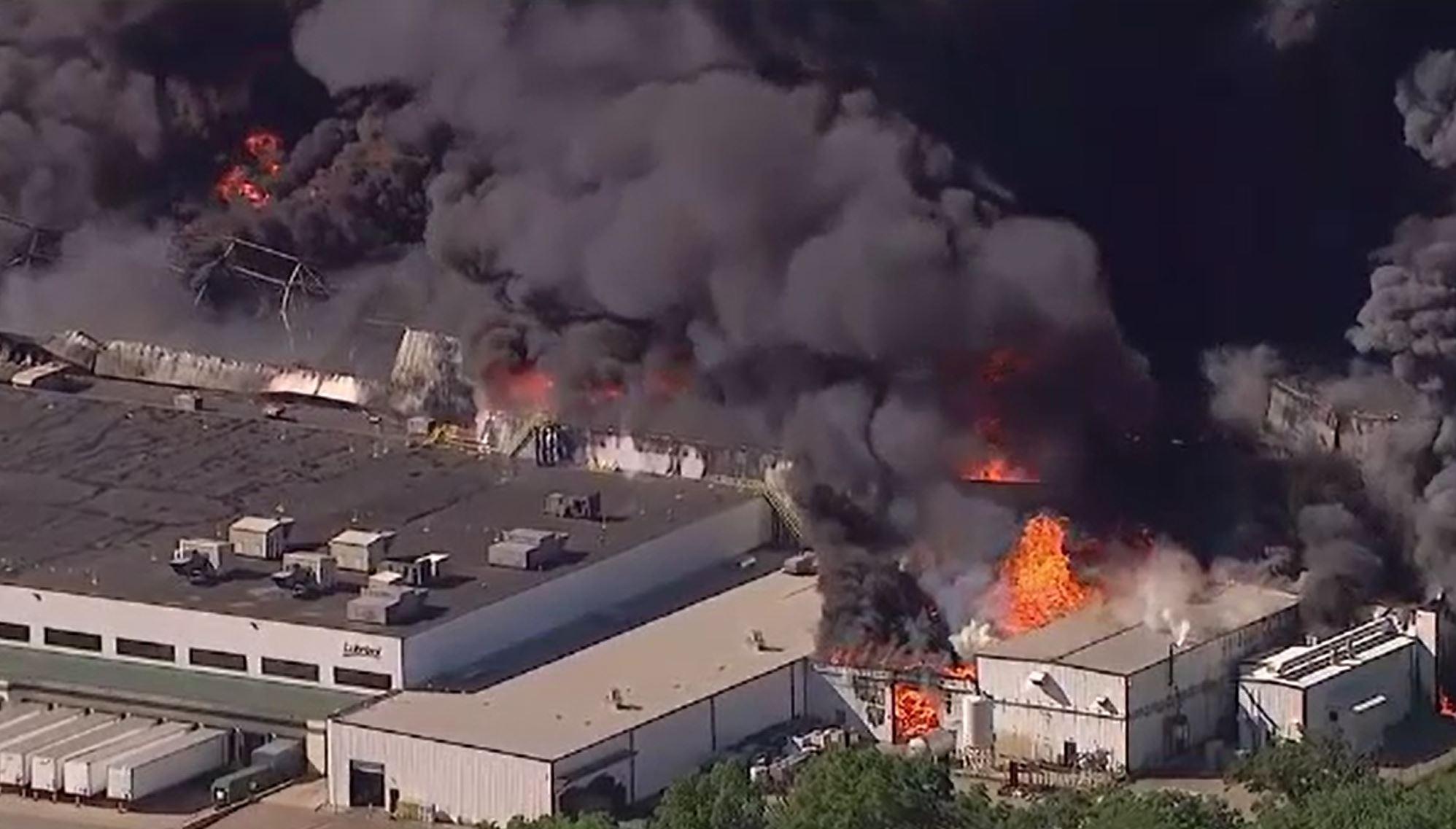 Incendiu devastator la o fabrică de produse chimice din Illinois. Locuitorii din zonă au fost evacuați