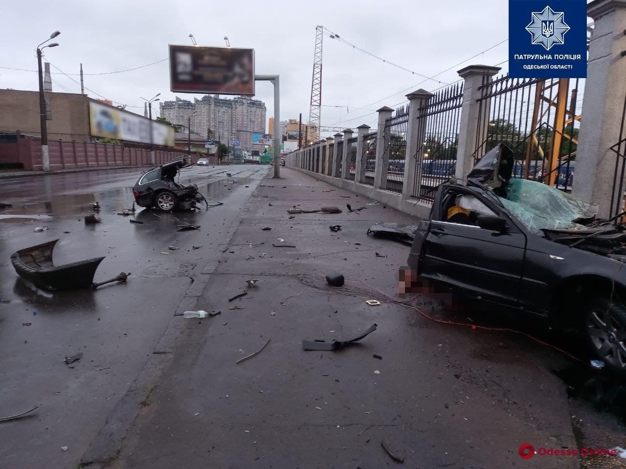 VIDEO. Momentul în care un BMW lovește un stâlp și se rupe în două. Două persoane au murit