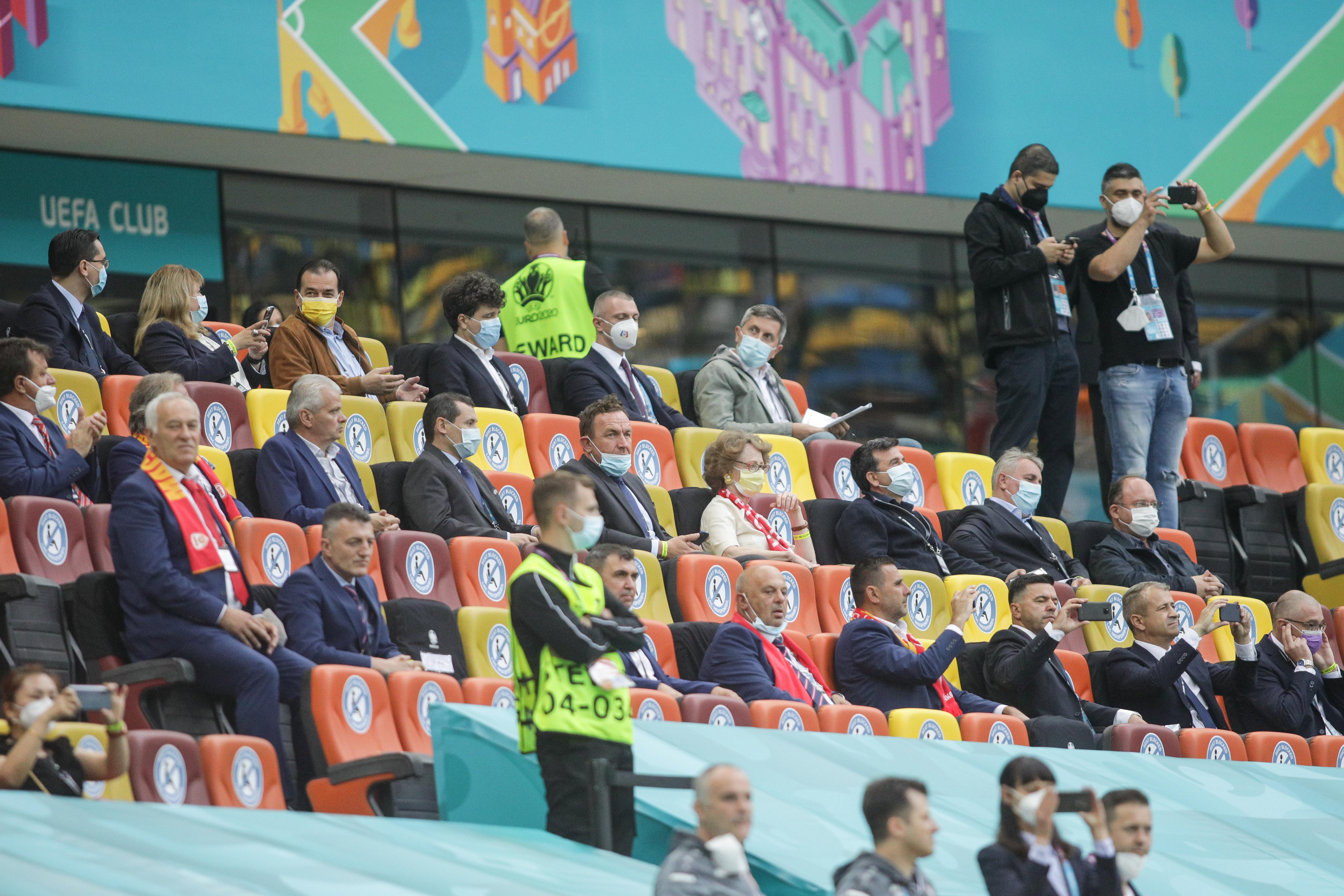 FOTO. Politicienii la VIP - Hagi, Popescu și Dorinel Munteanu la tribuna a II-a, la meciul de pe Arena Națională de la EURO