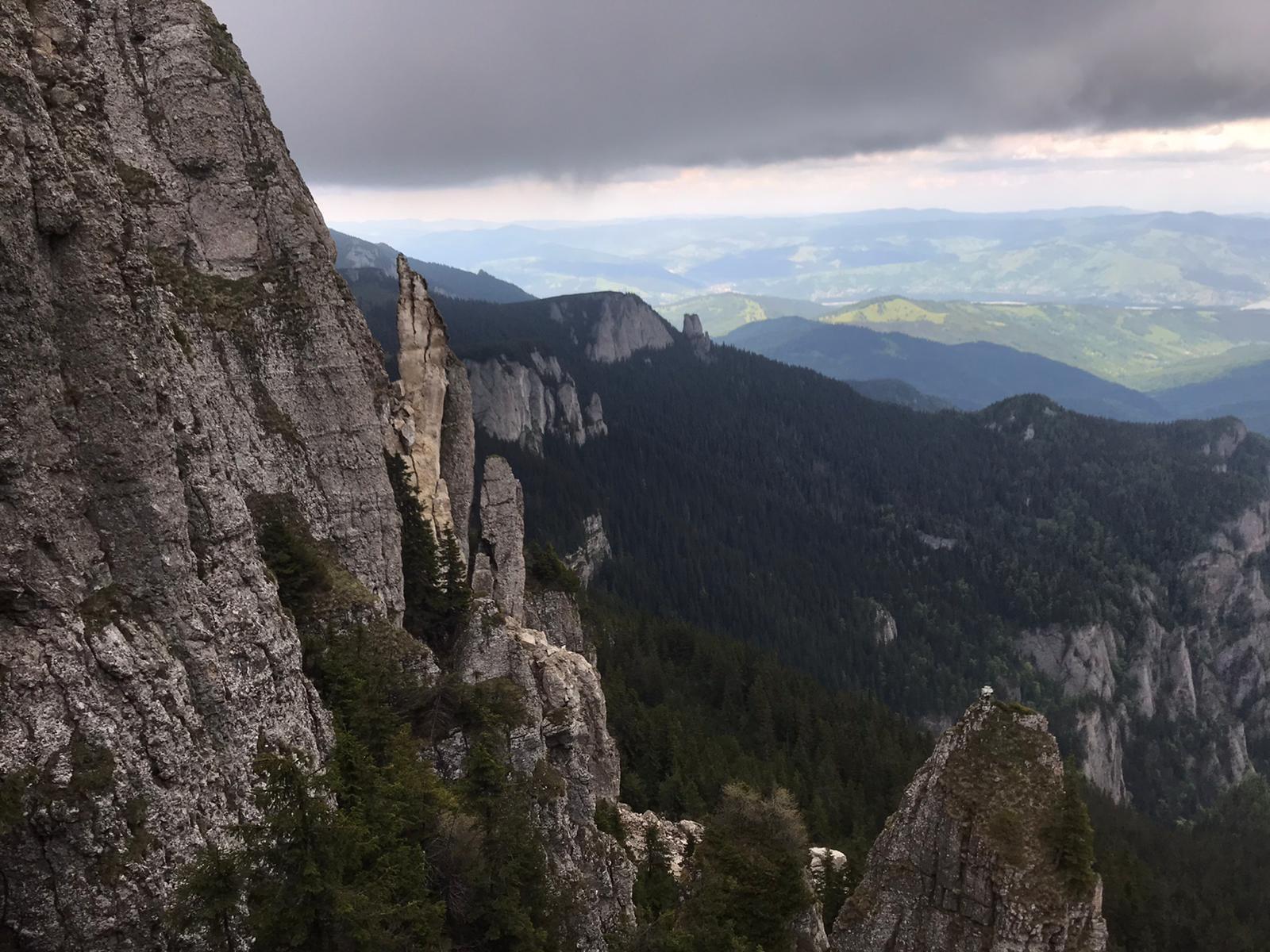 Alerta maxima: s-a prabusit o parte din Muntele Ceahlau! Stanca de sute de tone a spulberat poteca turistica