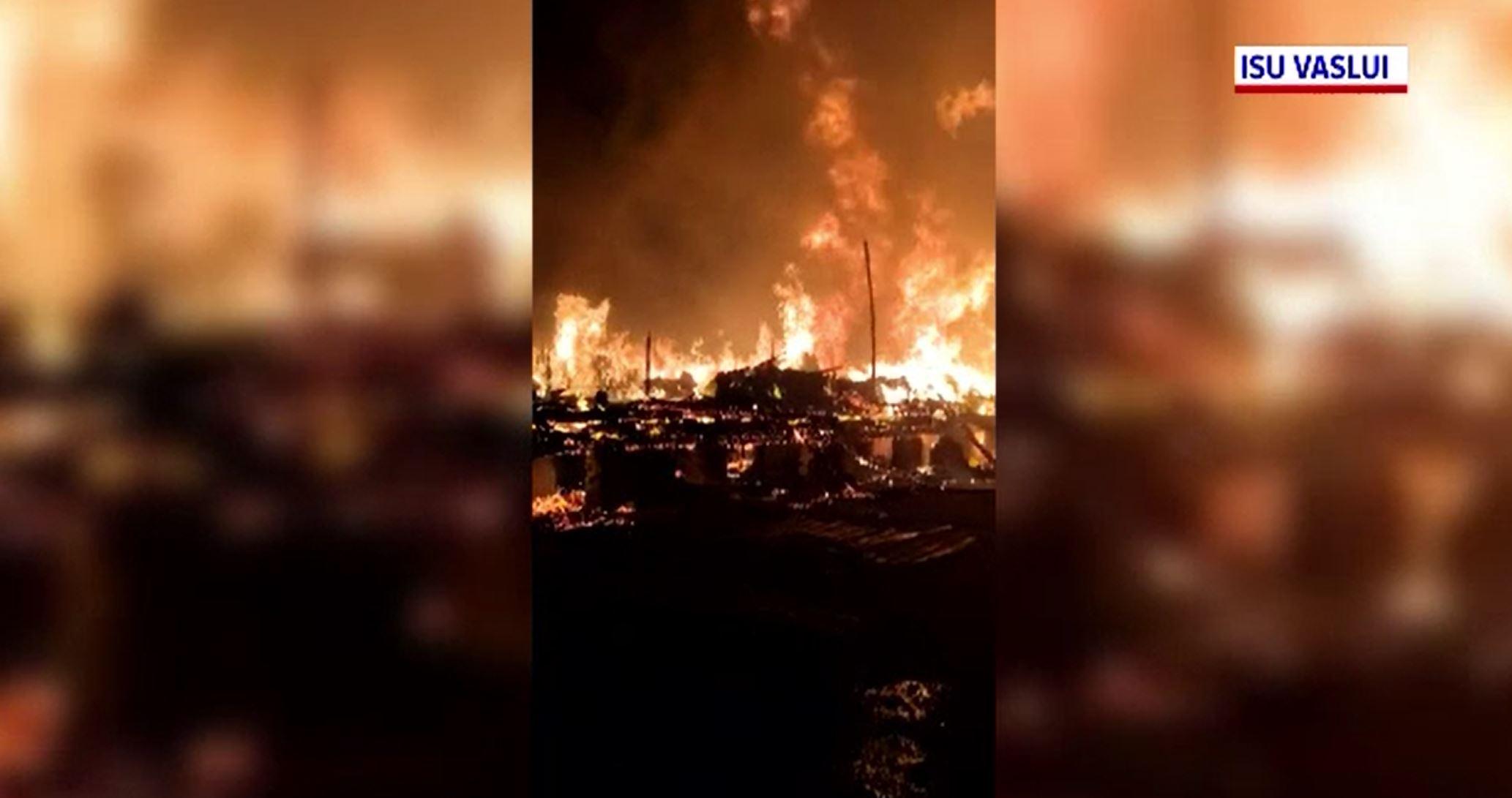 Incendiu devastator la un depozit de mase plastice din Bârlad. A fost nevoie de intervenția a 70 de pompieri