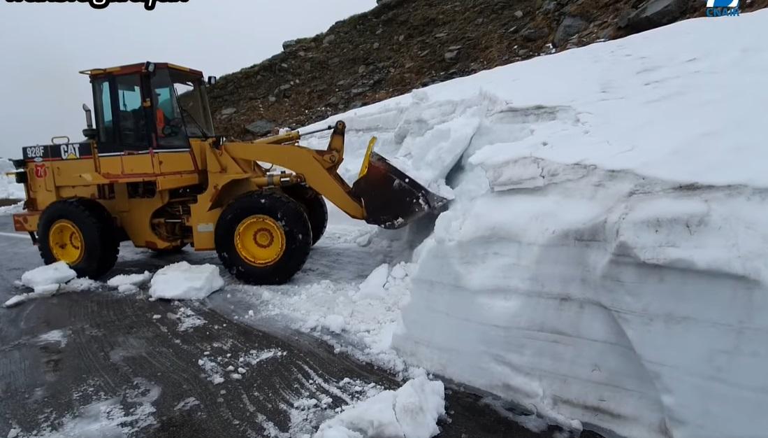 Iarnă în toată regula pe Transfăgărășan: Zăpada măsoară chiar și opt metri (Video)
