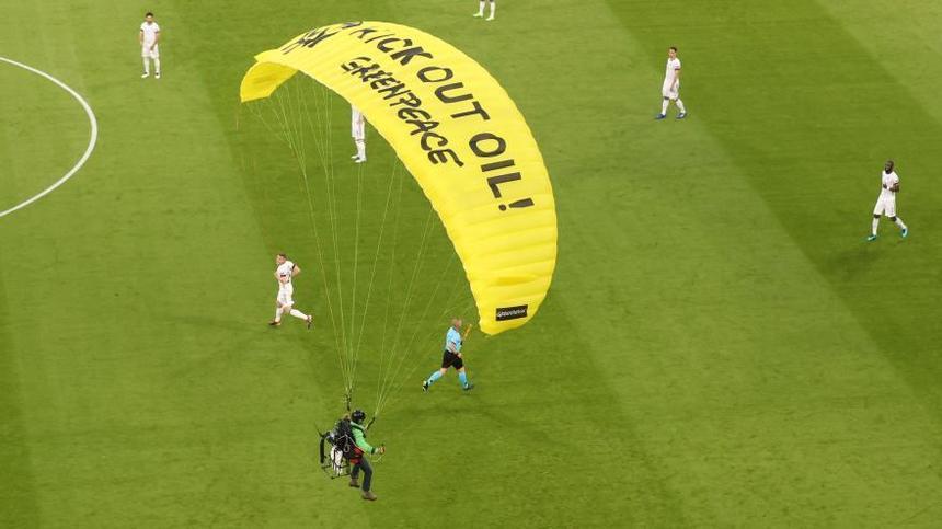 Reacții dure după ce un parapantist Greenpeace a rănit câţiva spectatori la meciul Franța - Germania