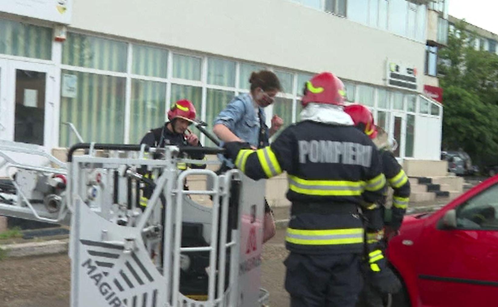 Operațiune dramatică în Galați. Pompierii au salvat o tânără dintr-un incendiu la un apartament situat la etajul șase
