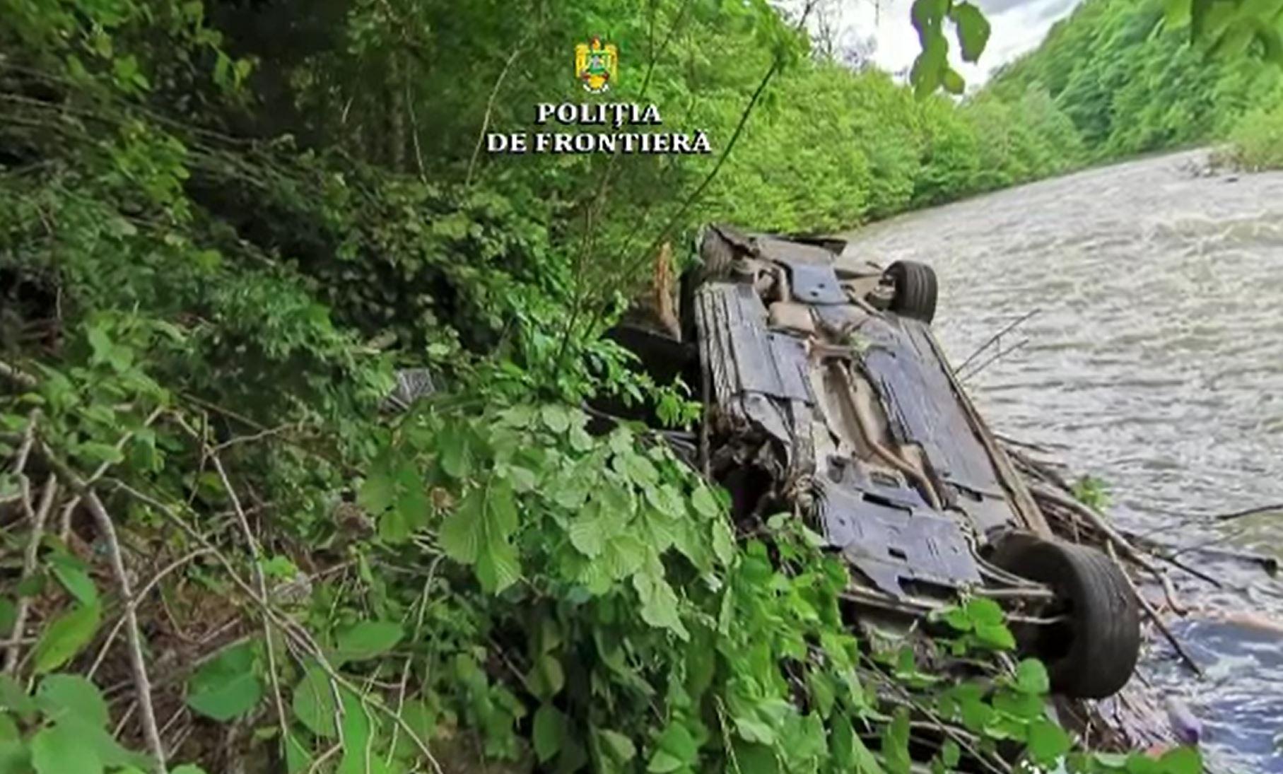 Urmărire ca în filme în Maramureș. Un șofer a plonjat cu mașina în râul Vișeu, încercând să scape de poliție