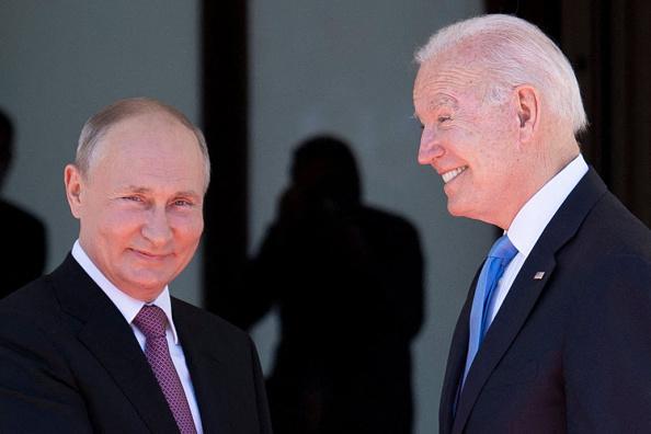 Joe Biden i-a oferit cadou lui Putin o pereche de ochelari de aviator şi o sculptură din cristal