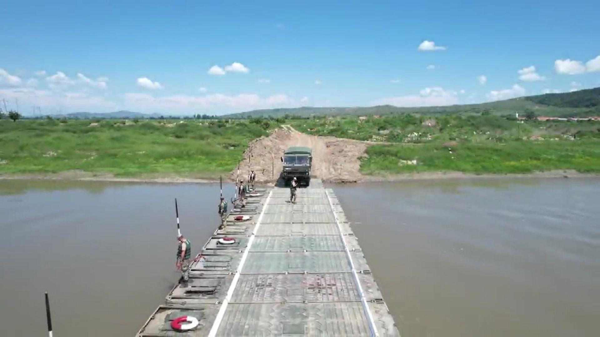 Militarii din Alba au construit pe râul Mureș un pod din pontoane în doar 30 de minute