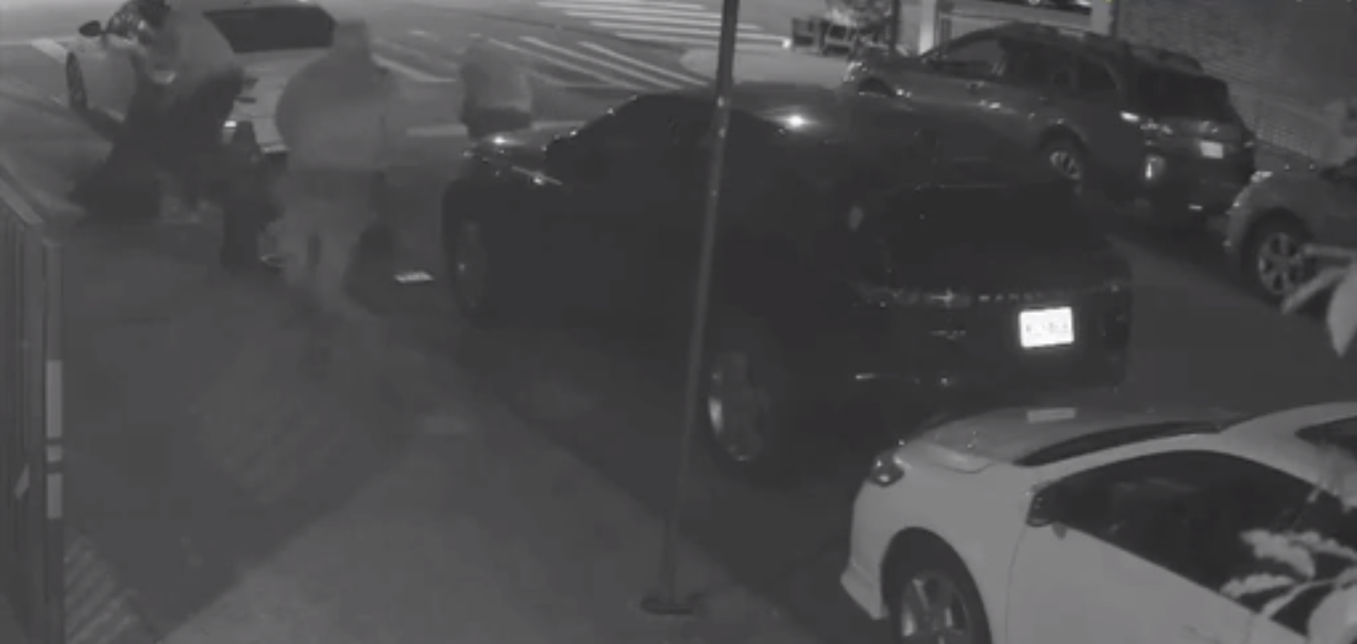 Video. Un traficant de droguri aruncă o pungă plină cu marijuana de pe un acoperiș. Cum au reacționat trecătorii