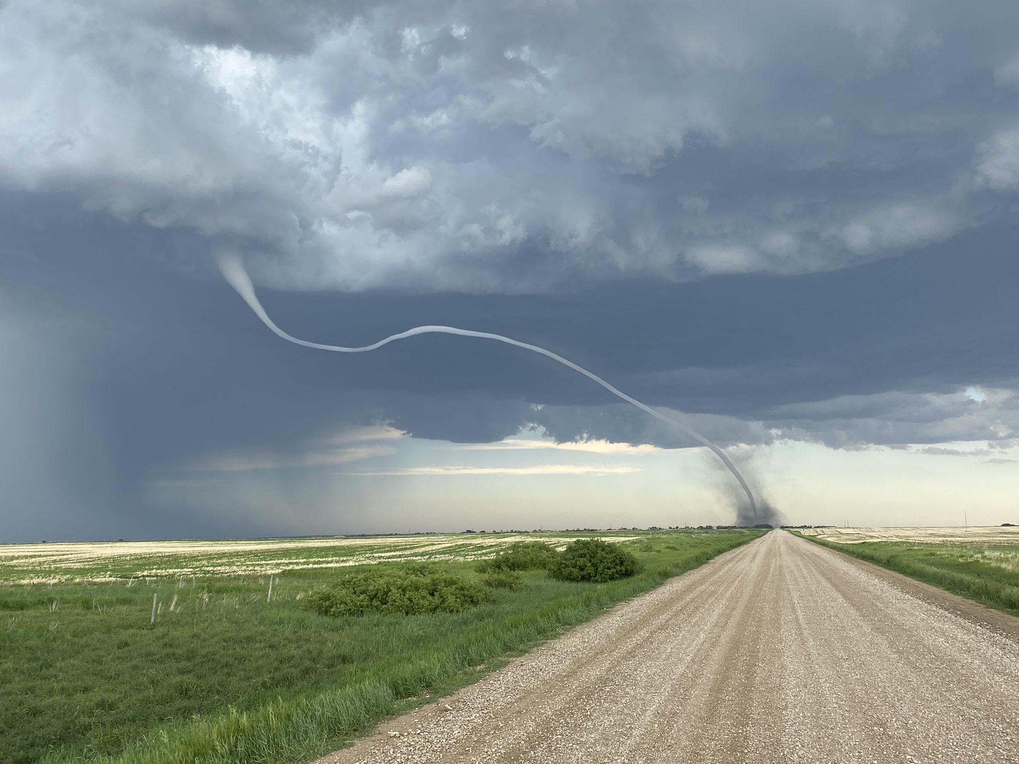 O tornadă spectaculoasă a fost surprinsă în Canada. VIDEO