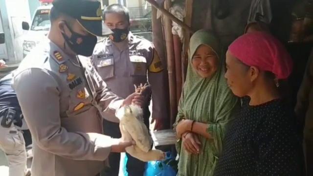 Bătrânii din Indonezia primesc găini vii dacă se vaccinează