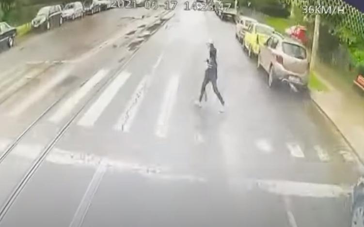 Un șofer de autobuz a băut bere la volan și a lovit în plin o fată pe trecerea de pietoni, în Iași