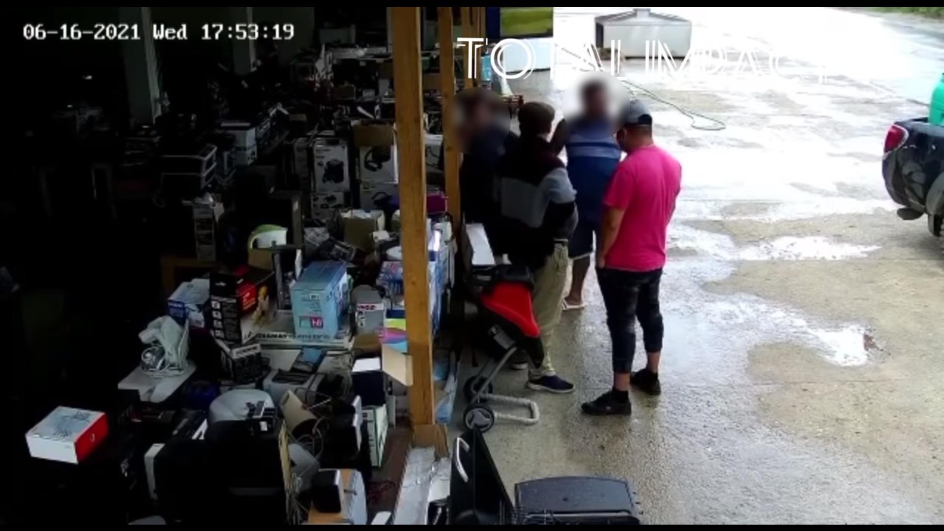 VIDEO. Angajații unui magazin din Teleorman, bătuți de interlopi. Patronul nu ar fi achitat taxa de protecție