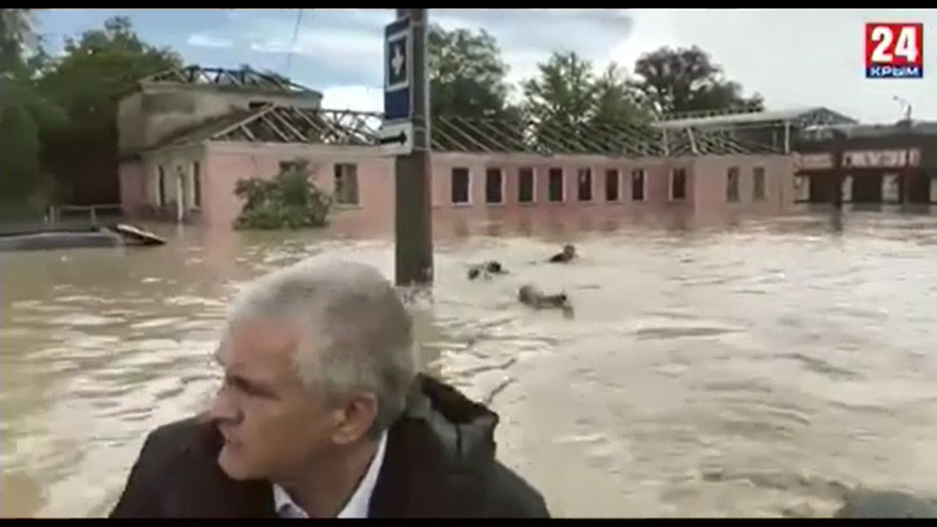 Imagini amuzante în Crimeea. Ce făceau angajaţii în timp ce preşedintele regiunii vizita, dintr-o barcă, o regiune inundată
