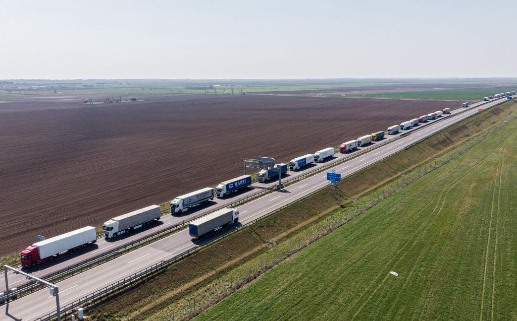 Protest al transportatorilor. Camioanele vor circula cu cel mult 10 km/h pe mai multe șosele, inclusiv autostrada A1